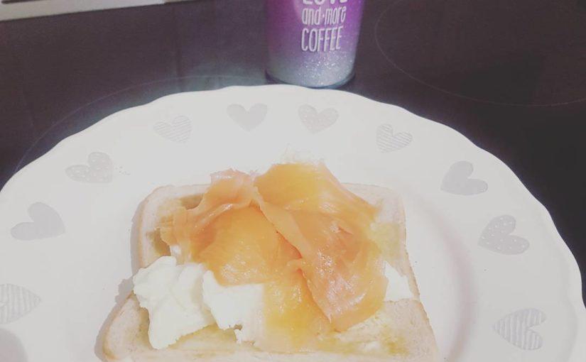 อาหารเช้าและกาแฟ โรยหน้าไข่กับปลาแซลมอนรมควัน วิธีที่ดีที่สุดในการเริ่มต้น …
