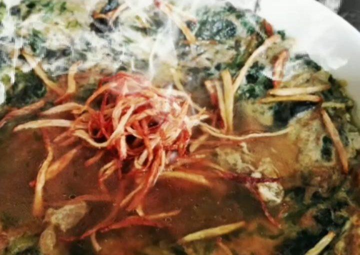 """Nge Ciu"" อาหาร Hakka Belitung  ใบอนุญาต Nge / ใบใหม่ของจีน / mugwort คือ …"