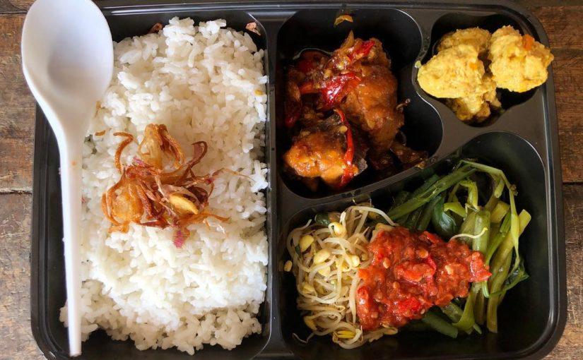 อาหารกลางวันแบบโฮมเมดพร้อมไก่และปลาทูน่าชาม @ngiringmakan #kulinerbali #tradit