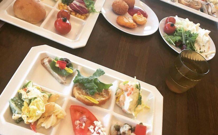 บุฟเฟ่ต์อาหารเรียกน้ำย่อยเนื้อและอาหารจานหลักในร้านอาหารที่ด้านบนของสวน อาหารจานหลักคือพาสต้าปลาและเนื้อสัตว์ บุฟเฟ่ต์เป็นอาหารเรียกน้ำย่อยที่ดีต่อสุขภาพและอร่อยด้วยสมุนไพร …