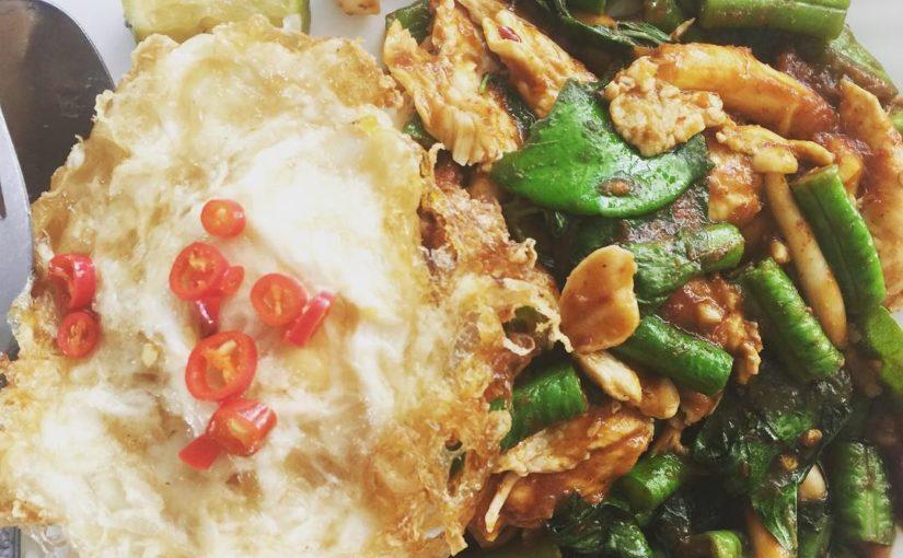ฉันรักอาหารไทย chicken ไก่ทอดและผักรวมกับสมุนไพรและน้ำพริก …